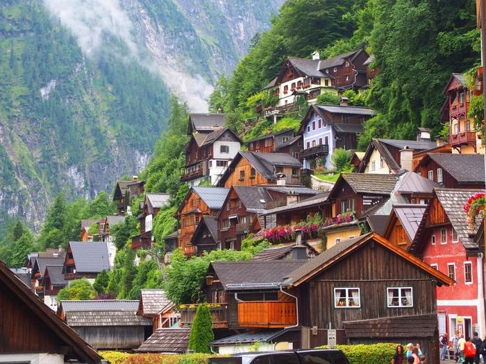 山の斜面に沿うように建てられた家々。山と一体化したような町並みです。
