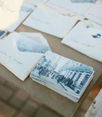 旅先から送る葉書って、趣がありますね。いつもと違った風景の中でさらりと書いたメモは、筆致もそのまま、その時の記憶を残しています。日付入りの消印や、旅先で手に入れた葉書、時代を反映した切手…何年経った後でも手にして眺めれば、思い出が蘇ります。