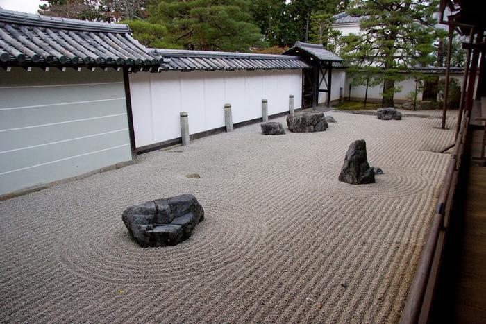 【南禅寺の『少方丈庭園」。「心」字型に配石した枯山水庭園で、別名『如心庭』と呼ばれる。】