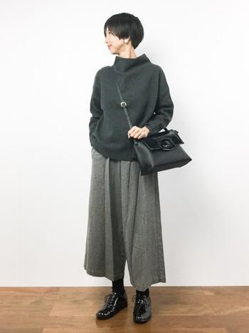千鳥柄の織素材のパンツがポイントのガウチョパンツ。ゆったりシルエットの足元におじ靴を合わせて。エナメルの光沢感が、モノトーンコーディネートのアクセントになっています。