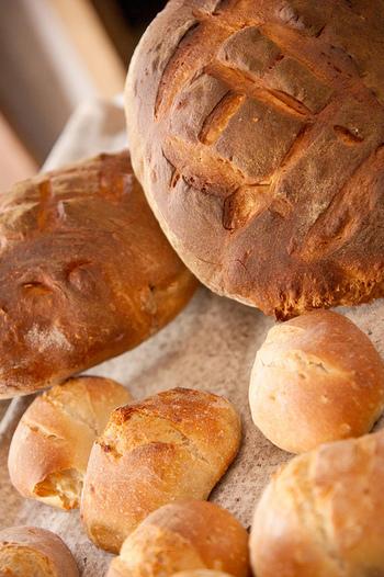 このパンは、焼きたてより冷えてからの方が美味しさが増し、2~3日は日持ちします。丸型や、楕円形をしている事が多く、作り方はお店によって様々ですが、しっかりパリパリした表面と、気泡のたっぷり入った生地が特徴です。