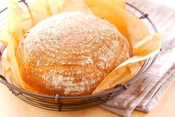 発酵カゴ(パヌトン)に打ち粉をし、発効させることで、独特の形になるカンパーニュですが、カゴが無い場合でも大丈夫!見た目もとっても素朴で、なんだかアルプスの少女ハイジに出てくる大きなパンを思い出します。どんな風に食べようか考えるのが楽しくなるパンですね!