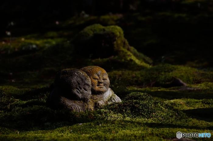 """【大原の名所「三千院」の庭園に置かれる""""わらべ地蔵""""】"""