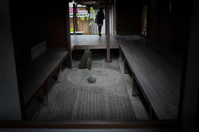 【大徳寺塔頭「龍源院」の石庭『東滴壺(とうてきこ)』】
