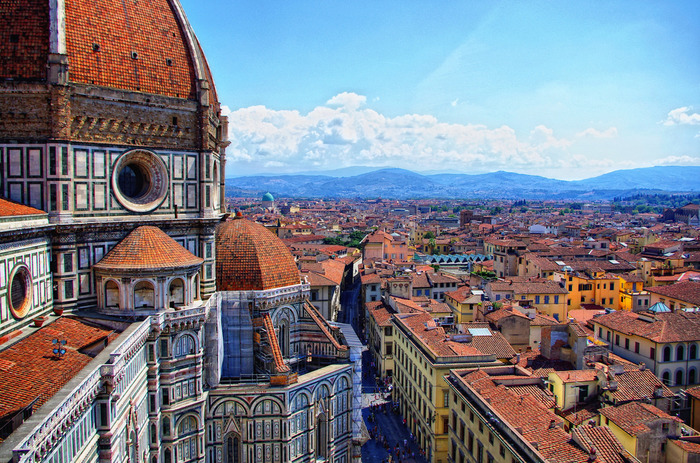 ルネッサンスが開花し芸術文化の中心地として栄えた煌びやかな歴史を誇るフィレンツェは「花の都」と称される美しい都市です。街の中心部には、「花の聖母教会」と呼ばれる大聖堂、サンタ・マリア・デル・フィオーレが壮麗な姿で観光客を迎え入れてくれます。