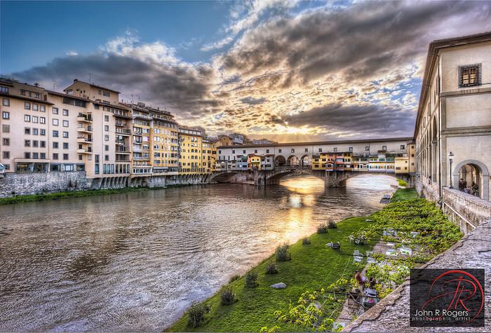 アルノ川に架かるヴェッキオ橋は、フィレンツェ最古の石造りの橋で、1345年に造られたものです。イタリアの名門、メディチ家専用の通路であったヴェッキオ橋に施された壮麗な装飾からは、フィレンツェが誇る栄光の歴史を垣間見ることができます。