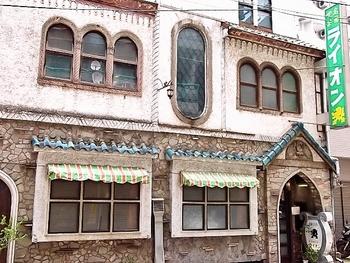 オーディオ世界遺産といわれる名店は、道玄坂の中程、百軒店(ひゃっけんだな)のど真ん中にあります。なんとも歴史を感じさせる外観。それもそのはず。創業は1926年。昭和20年の東京大空襲で建物は全焼したそうですが、その5年後にまったく同じ造りで再建し、現在まで営業を継続されています。