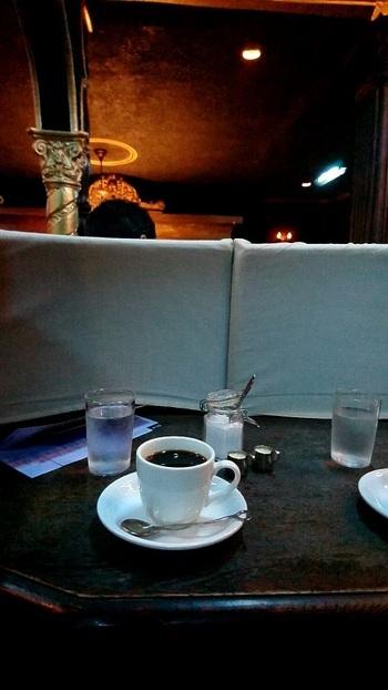 メニューはコーヒーや紅茶、ソーダ水などのクラシカルな喫茶店メニューのみ。一人黙って考えごとをするには最高の場所。そして、何も考えたくないときにも行きたい場所です。