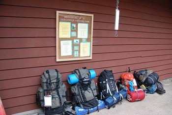 バックパッカーといえば、この大きなバックパック。スリーピングバッグにスポーツサンダルも印象的。ミニマルに、最低限の荷物で旅します。