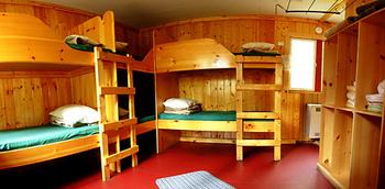 一般的に【ドミトリー】と呼ばれる大部屋はこういうイメージ。男女別になっており、施設のある場所のアクセスの良さや立地条件などで若干料金は違ってきますが、それでも一般的なツーリスト向けホテルなどに比べるととにかく安いです。ここでぐっすり眠れたら、あなたも立派なバックパッカーかも?