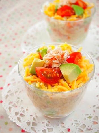 彩りがとっても綺麗なこちらのポテトサラダは、じゃが芋を煮るときに薄味をつけておくことで、使用するマヨネーズの量も控えめにしてあるヘルシーレシピです。カップに入っているので、パーティーへの持ち寄り料理にもぴったり。