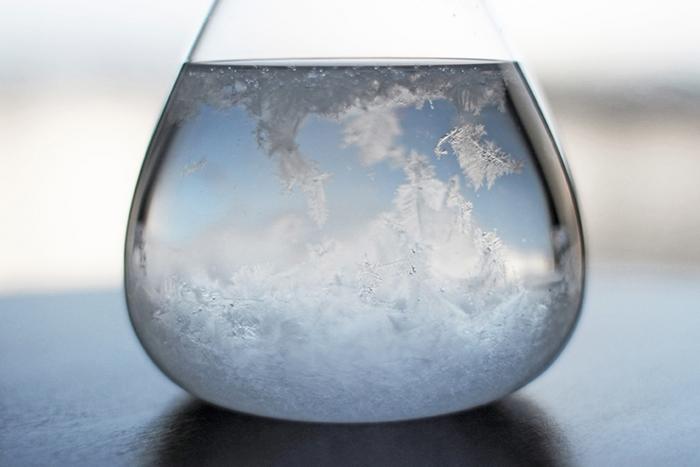 中の結晶は天候によって変化します。晴れの日には結晶は沈んで液体は透明になり、雨の日には結晶が液体の中を浮遊します。「今日はどうなっているかな?」と毎日チェックしたくなりそうですね。