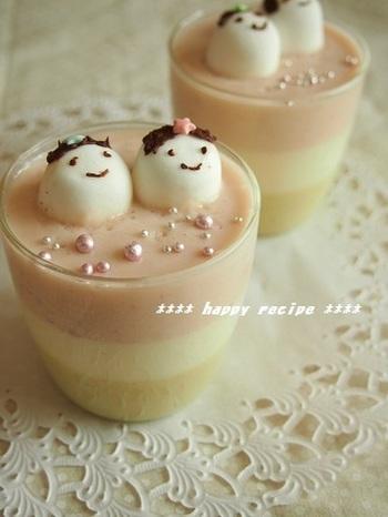市販の抹茶味豆乳やイチゴジャムを使って、パパッと作れる3色ババロアです。優しいパステルカラーやチョコペンで作ったマシュマロのおひなさま、トッピングしたキラキラのアラザンなど、女の子が大好きな可愛さですよね。