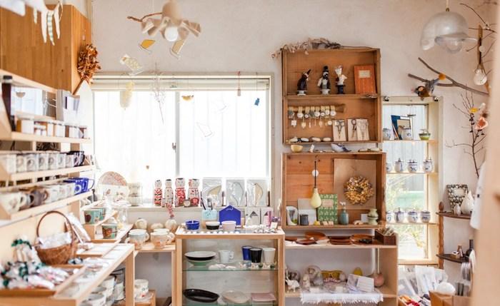 店内にはナチュラルな雰囲気に溶け込むような温かみのある器やアクセサリー、お菓子、可愛いオブジェたちがずらりと並んでいます。