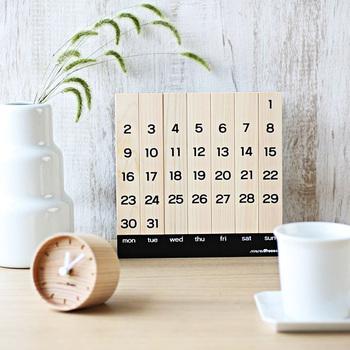 カレンダーもこだわって選べばオブジェとして楽しむことができます。これは無垢材でできた万年カレンダー。月日と共に風合いが変わっていくという魅力もあります。