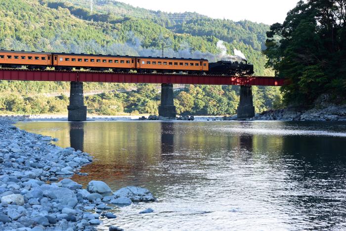 大井川に沿って走る大井川鉄道では、いまもSLが毎日運行されています。金谷駅から終点の千頭駅まで、約1時間20分。レトロな座席に座って、緑の中を走り抜けるSLの旅はファンならずとも爽快そのもの。夢の吊り橋観光の際には、ぜひこちらもどうぞ。