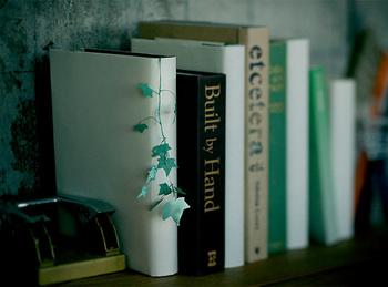 本にはさんでおくだけでグリーンガーランドのようになるしおり。本棚にナチュラル感をプラスしてくれます。