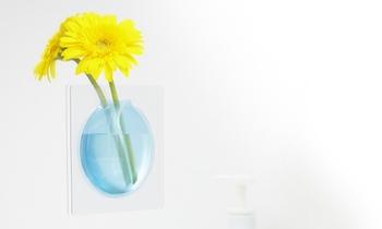 鏡やタイルなどのツルツルしたところに何度でも貼って剥がせます。洗面所やお手洗いなどの狭いスペースでも花を飾ることができますね。いくつか並べても素敵。