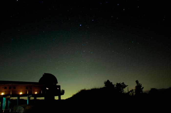 《美星天文台》では、イベントや教室の他に、予約不要の「昼間の施設案内」と「夜間の観望会」が開催されています。(詳細は以下リンク先を参照のこと)  「昼間の施設案内」は、随時受付で(午後1時30分~午後4時)、101cm望遠鏡やドームを動かながらの解説、一等星の観察等。 「夜間の観望会」は、晴れた金・土・日・月曜日(午後6時~午後10時)に、望遠鏡による天体観察です。