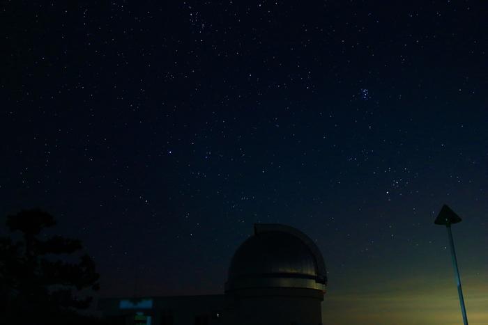 《美星天文台》の上空に広がる満天の星空。