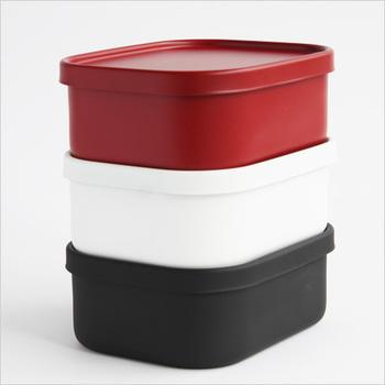 このようにお弁当箱同士はスタッキングもできます。カラーもシンプルで使いやすいのも特徴。ピクニックやみんなで持ち寄りのときにも大活躍してくれそうですね。