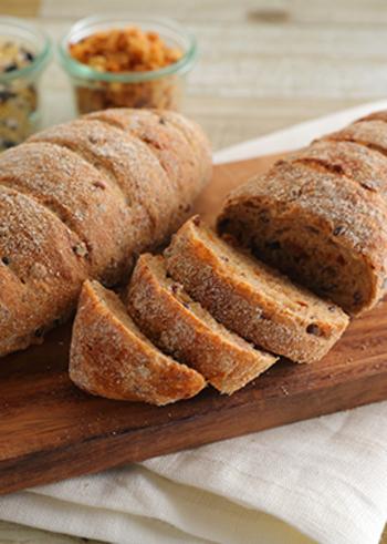 雑穀とオニオンを練り込んだ甘くないカンパーニュ。そのままで食べるのは勿論、しょっぱい系のペーストなどをのせて食べたくなる一品。プレーンのカンパーニュ同様、サンドイッチにして楽しんでもいいですね!