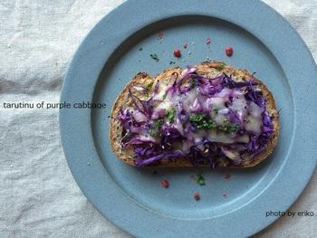 紫キャベツの鮮やかな色がとってもキレイ!野菜もたっぷりとれるので、朝ごはんにぴったり!あたたかいスープを添えて召し上がれ!
