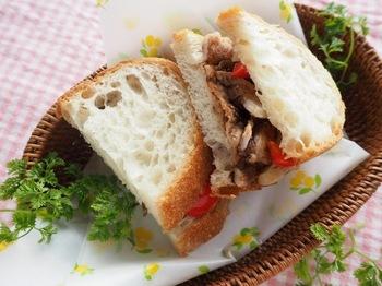 特製のバルサミコソースで頂くサンドイッチは、お肉も入って食べごたえ抜群!作ったバルサミコソースは冷蔵庫で1週間程もつので、作り置きしておけるので、サラダなど他のお料理にも使えそう!