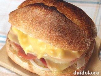 小さめサイズのカンパーニュの1枚にハムをたっぷりと重ね、上に卵、トマト、タルタルソースと大きなスライスチーズをのせ、トースターでチーズがとろけるまで焼きます。残りの半分のカンパーニュでふたをしたら完成!ハンバーガー感覚で頂けるサンドイッチ。思い切ってガブリ!と頬張りましょう。