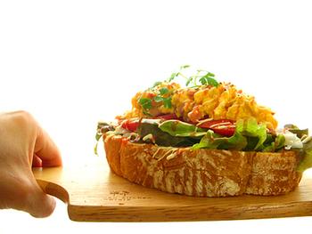 カンパーニュの上に、グリーンリーフ、玉ねぎ、トマト、粒マスタードとふわふわのスクランブルエッグをのせて!スクランブルエッグには、生クリームとチーズが入っているので、とってもクリーミー。ボリューム満点で、忙しい朝の朝食は、これひとつで大満足!