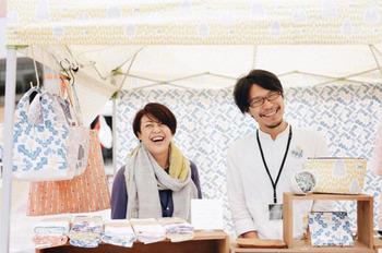 nocogouは、愛知県弥富市で手刷りの生地を使った布雑貨を制作、販売しているブランドです。笑顔が素敵なご夫婦二人で営まれています。