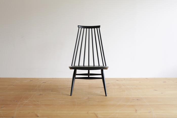 「ドムスチェア」の他にも、高い人気と評価を得た作品が数多あります。「マドモアゼルチェア」もその一つ。たくさんのスポークで構成された背もたれがとてもエレガントな雰囲気。低めの座面に座れば、自然と足が斜めに揃い、快適でいて上品でいられる素敵な椅子です。