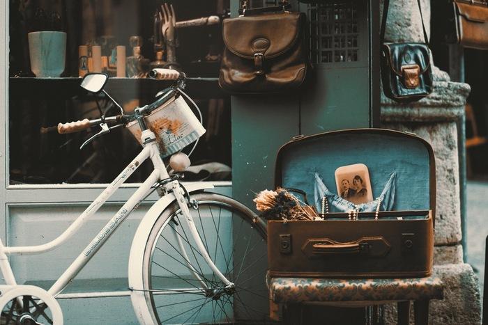 スウェーデンのお家では、 アンティークの食器、雑貨、寝具…など、かなり年季の入ったものが利用されていることもしばしば。  歴史も思い出も大事にしながら毎日を過ごしているのです。