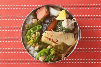 円形のお弁当箱は、そのカーブとご飯を上手く使えば意外と難しくありません♪ご飯は斜めに盛りつけ、おかずを立てかけられるようにしておきます。