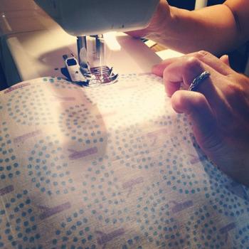 美しく丁寧に染められた布は、ひとつひとつ手作業で縫製されていきます。完成までに時間がかかるので、大量生産はできません。