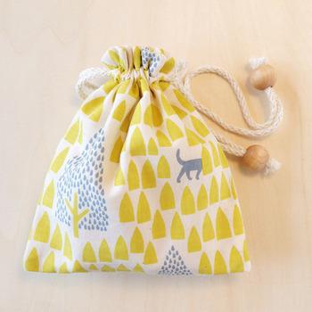 ちょっとしたものをしまっておくのに便利な小さめの巾着袋です。裁断によって柄の出方が違うので、世界にひとつだけの巾着袋になりますね。
