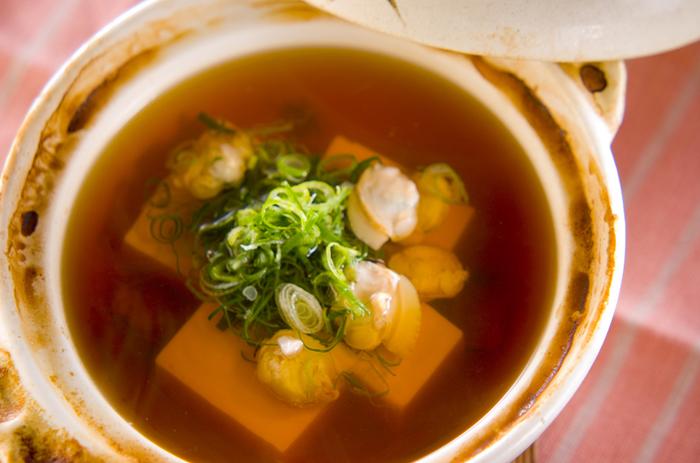 優しい旨みの昆布だしと相性が良いハマグリ。豆腐とハマグリだけのシンプルな湯豆腐は、ご飯のおかずにもお酒のおつまみにも美味しい♪