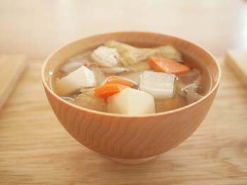 いりこ出汁に、根菜と豆腐をたっぷり入れて、寒い季節に温まるけんちん汁。ほっこりした優しい美味しさに癒やされますね♪