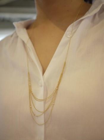 華奢なチェーンを幾重にも連ねて、ごく小粒のパールをところどころ配置したエレガントなネックレス。シンプルなシャツスタイルを大人らしく見せてくれます。