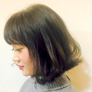 こちらはランダムな外はねに前髪はパッツンと切りそろえて。タイトなリブニットと外はねのバランスが◎