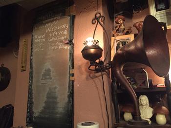 黒板でリクエストを受付けるスタイルは「ルネッサンス」になっても健在。薄暗い店内は深いやすらぎに満ちた、まさに隠れ家といった雰囲気です。リクエストも可能。名曲喫茶にはめずらしく、おしゃべりもOKですが、ひそひそ声程度にしておきましょうね。
