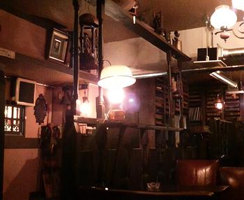「クラシック」の元従業員が「クラシック」の壁に掛かる古時計や蓄音機などの調度品やレコードを譲り受けて開いた名曲喫茶なのです。