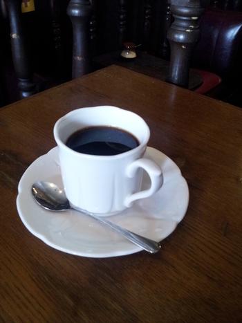昔の名曲喫茶のシステムと同じで、食べ物の持ち込みは自由。コーヒー、紅茶にはブランデーをちょこっと垂らすか、ミルクを入れるかを選ぶことができます。