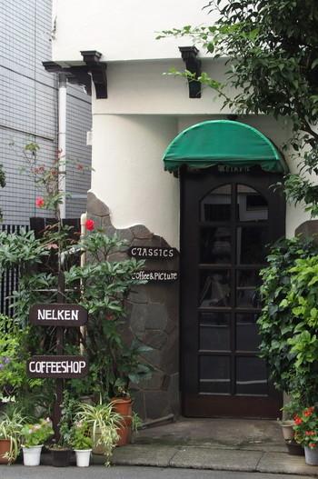 オープンは1955年。趣のある古い入口のドアの向こうにいらっしゃるのは、マダムの鈴木冨美子さん。「このように歳を重ねたい」と感じさせる、その上品さと美しさが評判です。