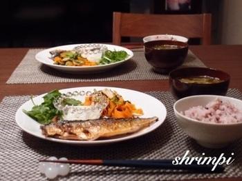 例えばこんな感じの献立です。 ご飯(玄米など)、味噌汁、煮物(炒め物)、魚、これに漬物  魚で動物性たんぱく質を摂るのでお肉は摂りません。 充分満足な美味しいお膳になりますよね。