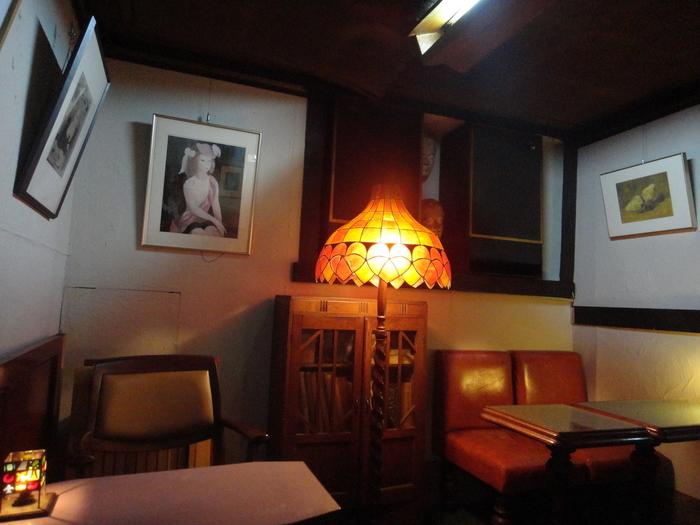 店内はほの暗く、ムーディーなランプが灯っています。