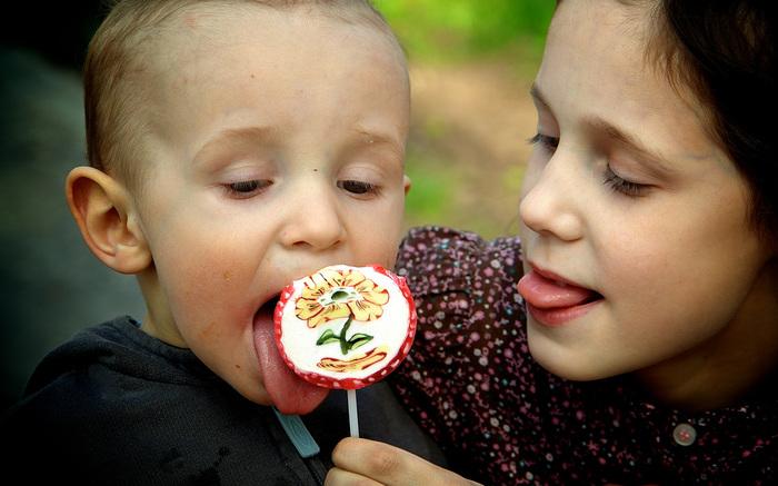 """スウェーデンには、""""Lördagsgodis""""(ルーダスゴーディス)という言葉があります。  「土曜日のお菓子」という意味で、「子どもたちはお菓子を食べ過ぎないように!」と、1週間のご褒美として土曜日だけお菓子を食べる、という習慣があります。  もちろん、何曜日にお菓子を食べてもOKなのですが、この習慣を守る家庭が多いようです。 スーパーでも、「もうすぐ土曜日だから、お菓子は我慢しようね」とお菓子を欲しがる子どもを諭しているママやパパを結構見かけます。  土曜日まで頑張ったご褒美のお菓子、いい響きです。 1週間頑張って我慢した分、土曜日に食べるお菓子は格別なのでしょうね。"""