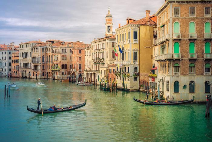 ヴェネツィアは、今でも海上交易の中継地として栄華を極めていた中世の面影を色濃く残しています。街には、運河が張り巡らされ、水上バスやボート、ゴンドラが今も人々の交通手段として重要な役割を担っています。