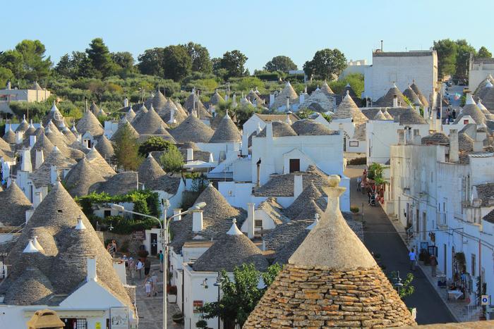 南イタリアのプーリア州にある街、アルベロベッロには「トゥルッリ」と呼ばれる白壁と灰色をしたとんがり屋根の家が軒を連ねています。無数に並ぶ灰色のとんがり屋根と白い漆喰壁のコントラストが織りなすアルベロベッロ旧市街は、メルヘンの世界のようです。
