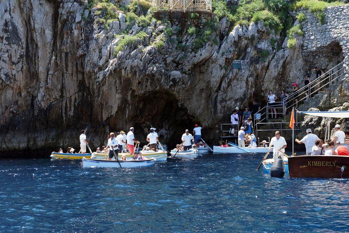 イタリア有数の人気観光地、青の洞窟は、ナポリから船に乗って約30分で到着するカプリ島にある海食洞です。洞窟の入り口は、わずか1メートルの高さにも満たない小さな穴なので、洞窟内へは手漕ぎボードで入ります。
